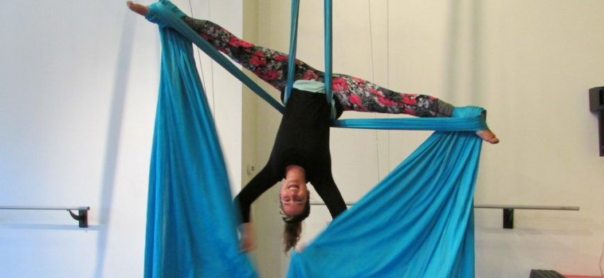 aerialist in crossback straddle